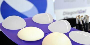 ¡Es hora de elegir la marca de tu prótesis mamaria!