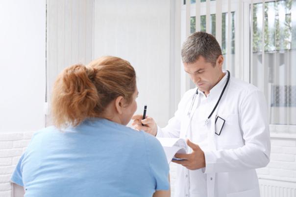 Doctor con paciente, balón gástrico