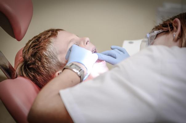 ¿Cómo sé si soy candidato a una extracción dental?